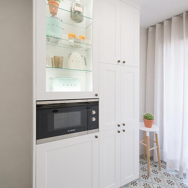 Una cocina nórdica, blanca y con más luz. Éste era el encargo de Carmen. Empezamos por definir un estilo moderno pero a la vez con toques retro en sus puertas, pomos y revestimentos en paredes y suelos. Una distribución óptima para su almacenaje y comodidad. Pensamos en una iluminación integrada, oculta dentro de sus armarios, creando una atmósfera más agradable y cálida.