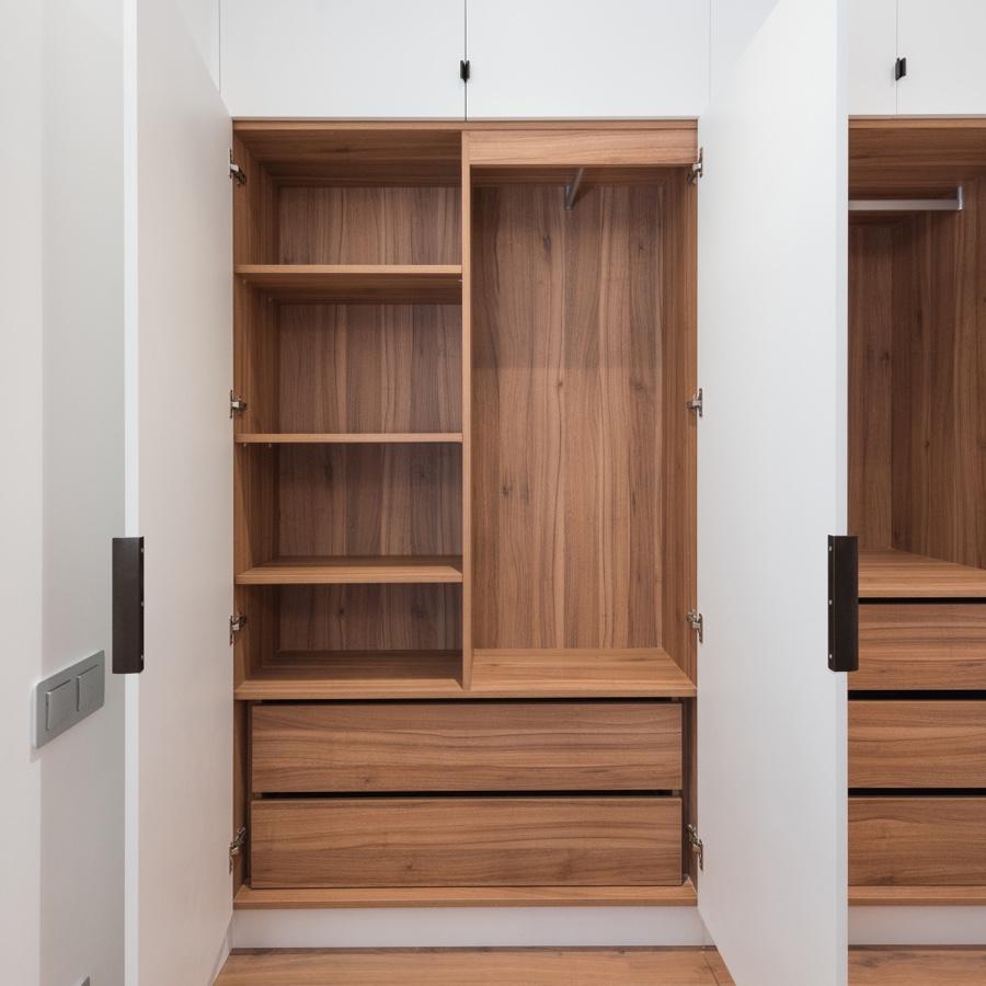 Blanco por fuera, madera por dentro. Un mueble de suelo a techo y de punta a punta, aprovenchado todo el espacio. Diseñado bajo las exigencias de distribución de sus propietarios para el mejor orden y mayor almacenaje posible.