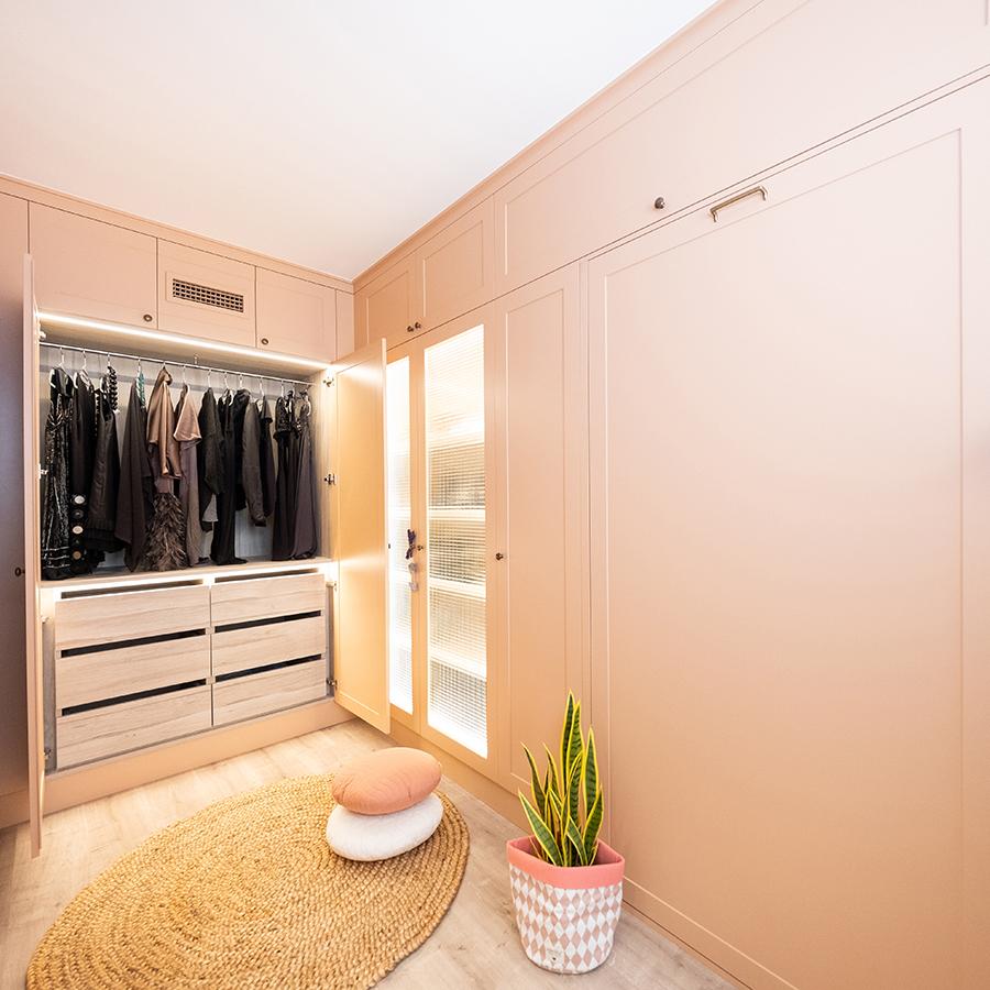 Con el vestidor se quiso dar una pincelada de glamour y se realizó en color rosa. Los armarios disponen de luz interior y la ropa se clasifica según su formato. El zapatero ocupa todo un módulo vertical y sus puertas son acristaladas.